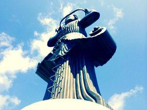 Скулптурната фигура на тракийска жена.